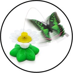 Papillon électrique volant interactif tourne autour d'une fleur pour le chat